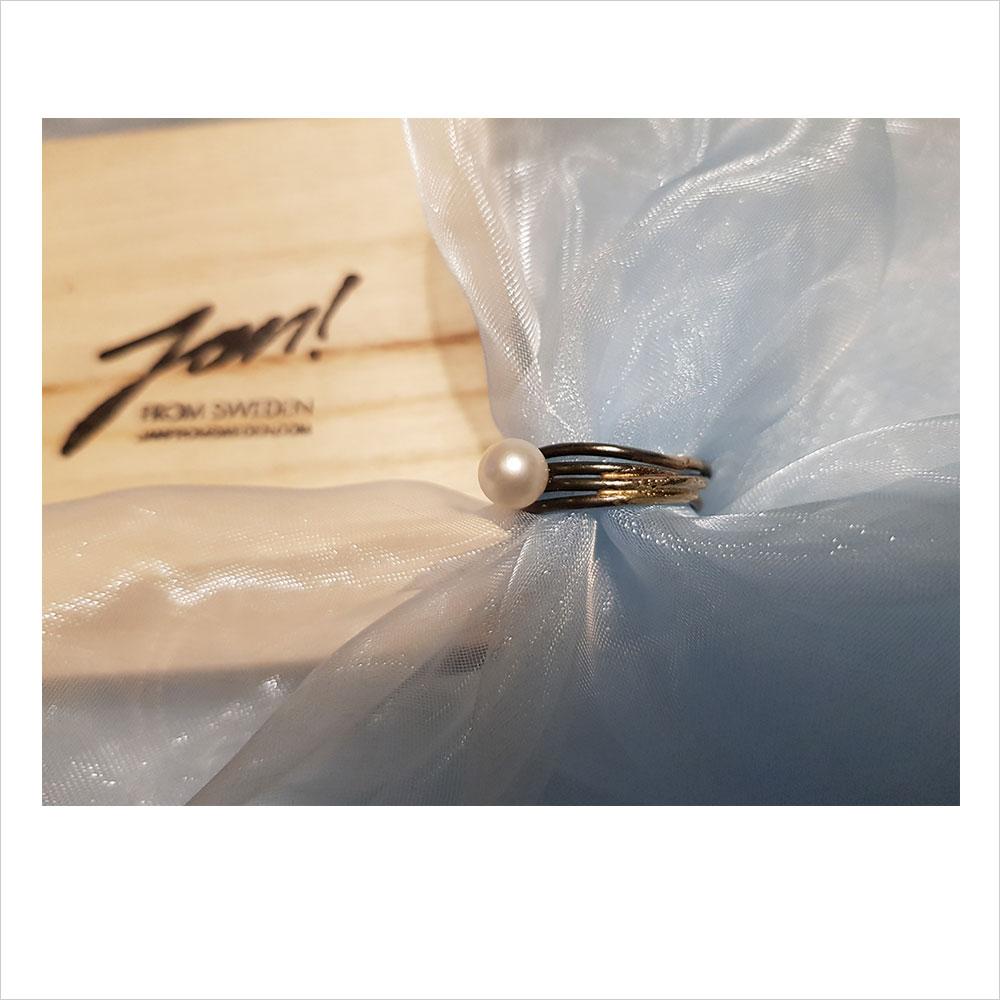 """""""Ring"""". Jan Dahlberg. Guld/järn. Pärla: Akoya."""