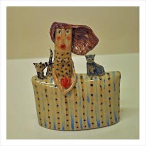 """""""Kattmamman"""". Keramikskulptur av Naemi Bure. 12x15cm. ©NB BUS 18"""