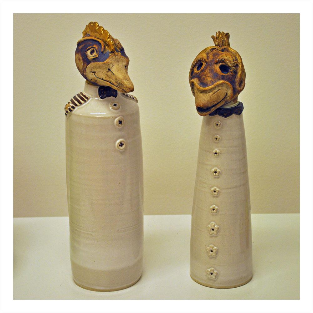"""""""Maktens flaskfåglar"""". Keramik (2 st) av Anja Höglund. Höjd: 30 cm."""