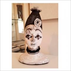 "8. ""Kvinnohuvud"". Rauku-keramik av Julia Bergström. H=30cm."